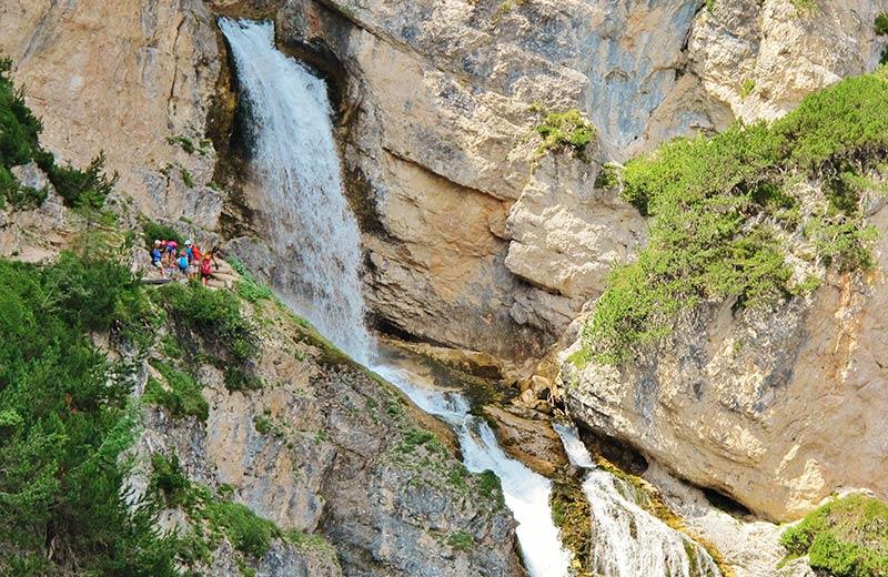 """Il punto di partenza dell escursione alle """"Cascate di Fanes"""" è l ingresso  al Parco Naturale delle Dolomiti d Ampezzo. Lasciate preferibilmente la  vostra ... 54925d1ad9c"""